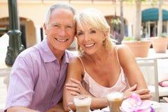 蛋糕享用前辈的咖啡夫妇 库存图片