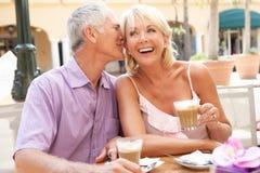 蛋糕享用前辈的咖啡夫妇 免版税库存图片