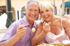 蛋糕享用前辈的咖啡夫妇 免版税图库摄影