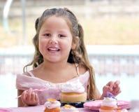 蛋糕儿童吃 免版税图库摄影