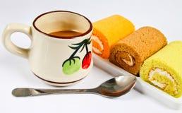 蛋糕卷和咖啡 免版税库存照片