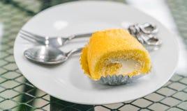 蛋糕卷在白色板材的黄油奶油 库存照片