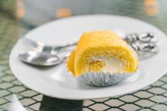 蛋糕卷在白色板材的黄油奶油 图库摄影