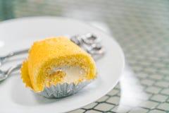 蛋糕卷在白色板材的黄油奶油 库存图片