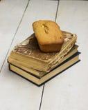蛋糕和书 免版税库存图片