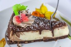 蛋糕和叉子在茶碟 库存图片