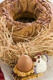 蛋糕和母鸡形状的蛋持有人 免版税图库摄影