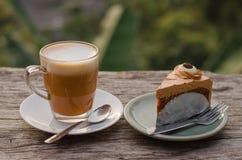 蛋糕和热的茶 免版税库存图片