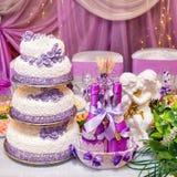 蛋糕和瓶在一张装饰的婚姻的桌上的酒 库存图片