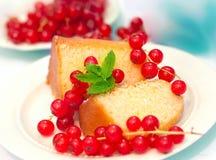 蛋糕和红浆果3 库存图片