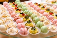 蛋糕和蛋白杏仁饼干 免版税库存图片