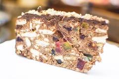 蛋糕和软心豆粒糖的巧克力蛋糕 免版税库存图片