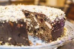 蛋糕和软心豆粒糖的巧克力蛋糕 免版税库存照片