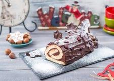 蛋糕圣诞节Log布什在新年背景的de Noel 免版税库存照片
