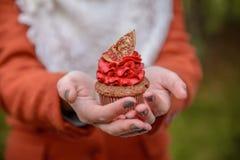 蛋糕在女孩` s手上 库存照片
