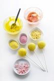 黄蛋糕在白色背景流行 免版税库存图片