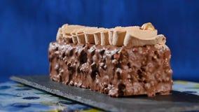 蛋糕奶油色螺母 与坚果和巧克力片的巧克力蛋糕 巧克力与坚果的焦糖杯形蛋糕和 免版税库存照片