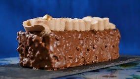 蛋糕奶油色螺母 与坚果和巧克力片的巧克力蛋糕 巧克力与坚果的焦糖杯形蛋糕和 库存图片