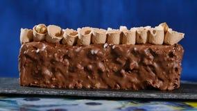 蛋糕奶油色螺母 与坚果和巧克力片的巧克力蛋糕 巧克力与坚果的焦糖杯形蛋糕和 库存照片