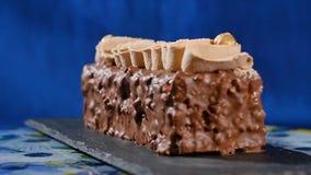 蛋糕奶油色螺母 与坚果和巧克力片的巧克力蛋糕 巧克力与坚果的焦糖杯形蛋糕和 免版税图库摄影
