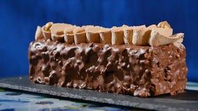 蛋糕奶油色螺母 与坚果和巧克力片的巧克力蛋糕 巧克力与坚果的焦糖杯形蛋糕和 免版税库存图片