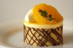 蛋糕巧克力沫丝淋桔子 库存图片