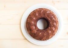蛋糕巧克力牌照白色 在木表 顶视图 免版税库存图片