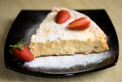 蛋糕干酪村庄草莓 图库摄影