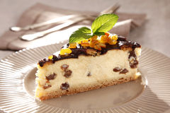 蛋糕干酪樱桃可口点心果酱牌照白色 免版税图库摄影