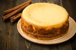 蛋糕干酪樱桃可口点心果酱牌照白色 免版税库存照片