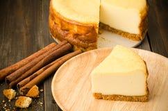 蛋糕干酪樱桃可口点心果酱牌照白色 免版税库存图片