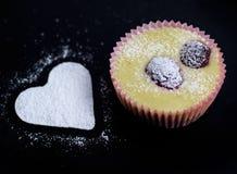 蛋糕干酪樱桃可口点心果酱牌照白色 图库摄影