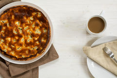 蛋糕或饼用大黄、咖啡杯和板材有餐巾的在a 库存照片