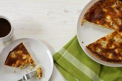 蛋糕或饼用大黄,整个和服务,绿色洗碗布 免版税库存照片