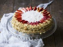 蛋糕拿破仑装饰用草莓 免版税图库摄影