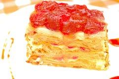 蛋糕拿破仑用在板材的草莓 图库摄影