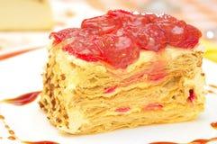 蛋糕拿破仑用在板材的草莓 库存图片