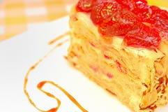 蛋糕拿破仑用在板材的草莓 免版税库存照片