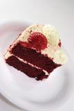 蛋糕接近红色切天鹅绒 免版税库存图片