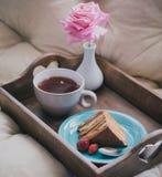 蛋糕新鲜的草莓茶 免版税库存照片