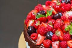 蛋糕新鲜水果 免版税图库摄影
