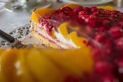 蛋糕服务器和果子果馅饼 图库摄影