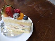 蛋糕果子隔离白色 免版税库存图片