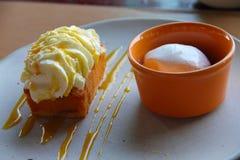 蛋糕樱桃奶油色冰 图库摄影