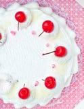 蛋糕樱桃顶层顶视图白色 库存图片