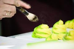 蛋糕洒与搽粉的糖 免版税图库摄影