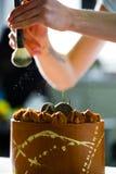 蛋糕洒与搽粉的糖 免版税库存照片