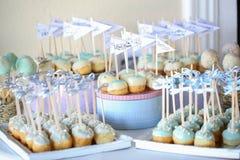 蛋糕流行在桌上的安排 免版税库存图片