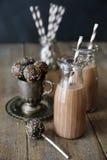 蛋糕流行音乐和巧克力牛奶在桌上 免版税库存照片