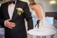 蛋糕滑稽的婚礼 免版税库存图片